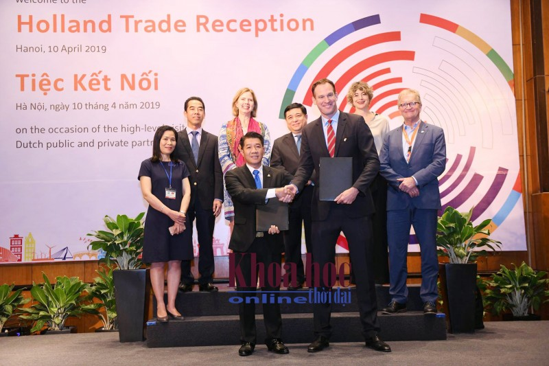 Lễ ký kết biên bản ghi nhớ về thỏa thuận liên doanh hợp tác giữa Công ty TNHH De Heus (Hà Lan) và Tập đoàn Hùng Nhơn (Bình Phước). Ảnh: nhachannuoi